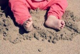 pés na areia e urgência de verão